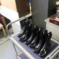 Mācību ekskursijā apavu labotāji